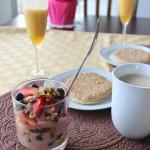 Granola casera y jugo de duraznos