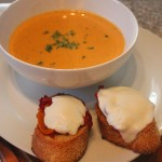 Sopa de tomate y crostini con mozzarella y pimentones