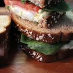 Sandwich de huevo, jamón, tomate y espinacas