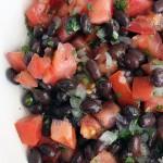 Ensalada de porotos negros (frijoles) y tomate
