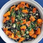 Ensalada de porotos negros (frijoles), zapallo, quinoa y queso feta