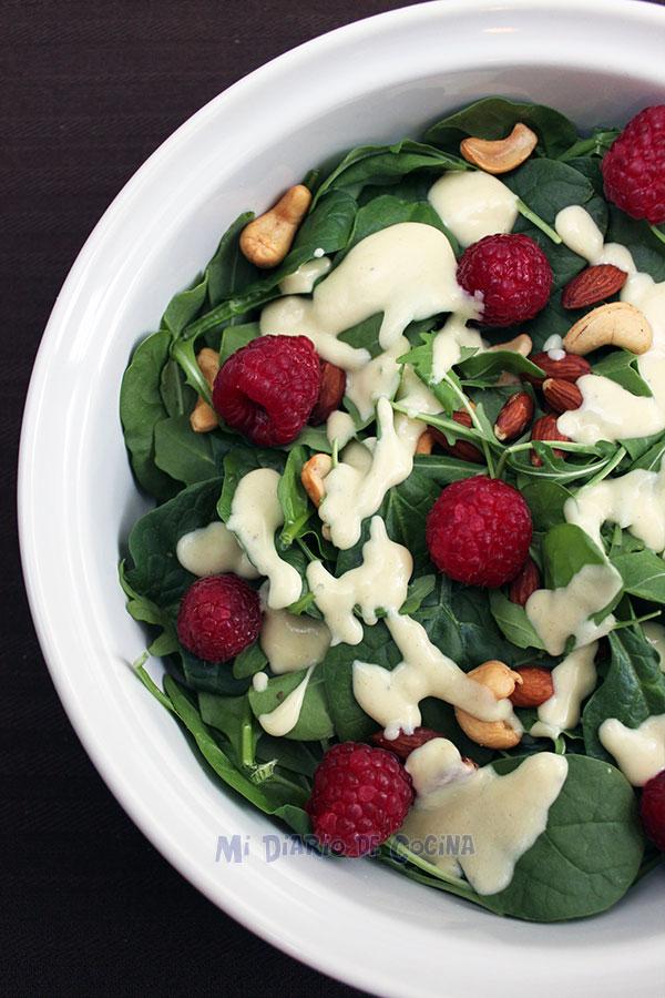 Ensalada-espinacas,-arugula,-frambuesa,-almendras-con-alino-de-yogurt