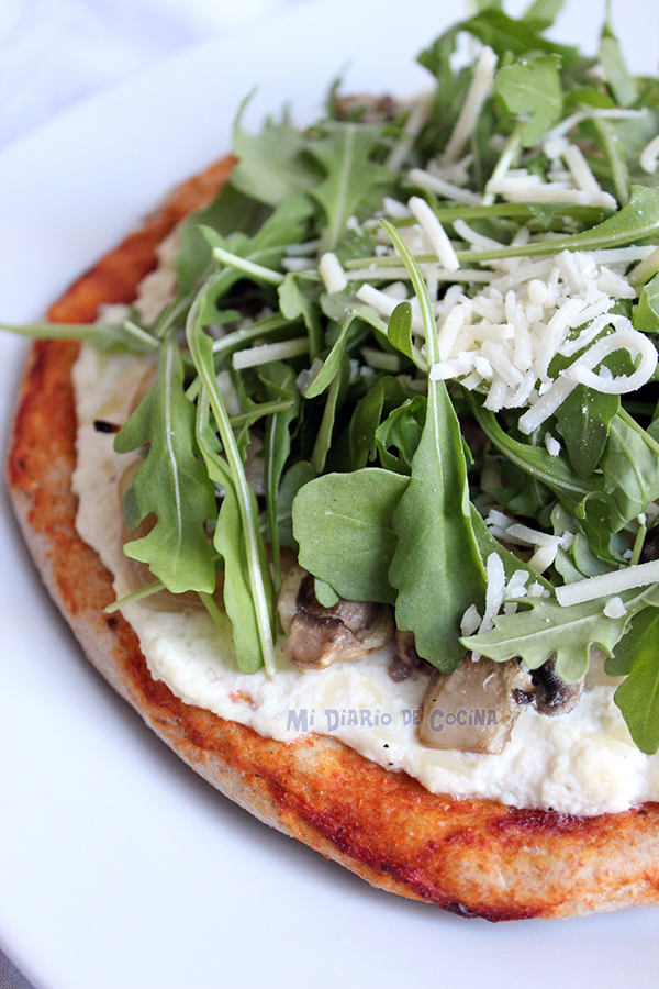 Pizza-con-ricotta,-cebolla-caramelizada,-champinones-y-rucula01