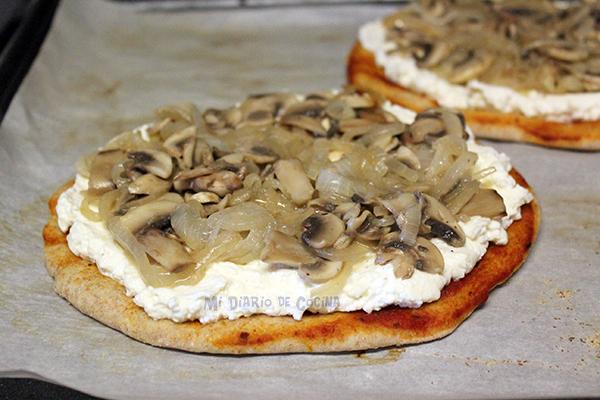 Pizza-con-ricotta,-cebolla-caramelizada,-champinones-y-rucula02