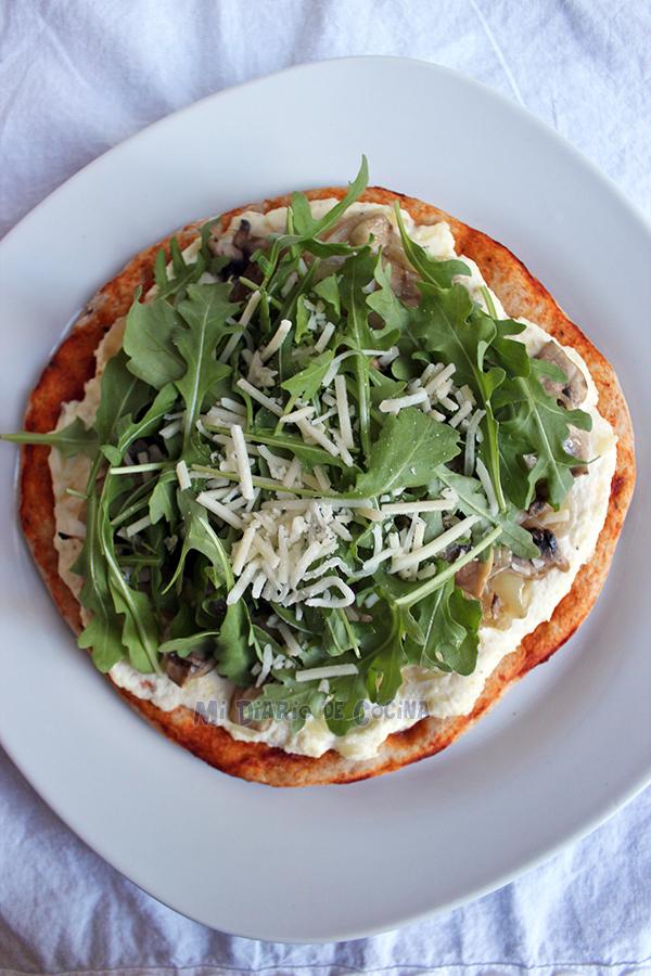 Pizza-con-ricotta,-cebolla-caramelizada,-champinones-y-rucula03