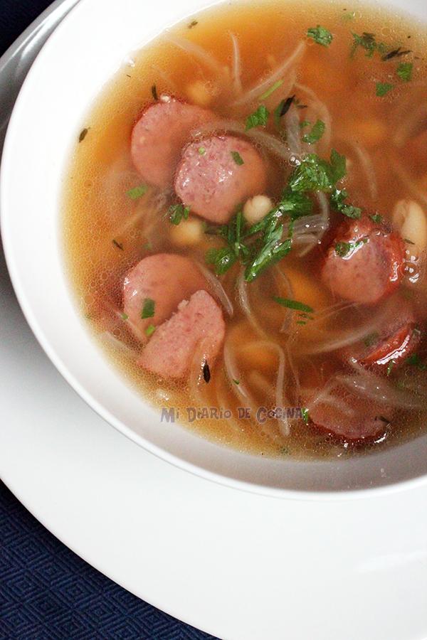 Sopa de porotos (frijoles), cebolla y longaniza