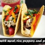 Tacos con carne, arroz, pimentones y perejil