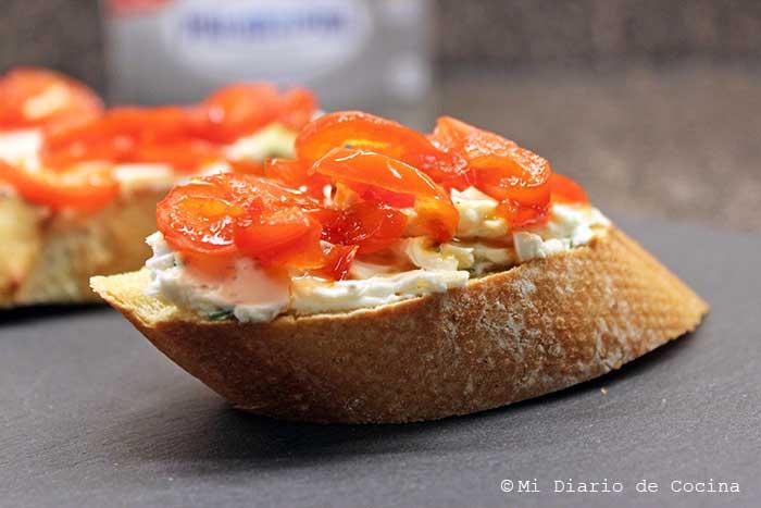 Crostinis con queso crema y morrón acaramelado