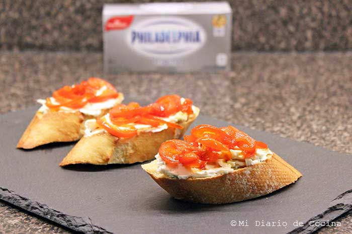 Crostinis with cream cheese and caramelized bell peppers