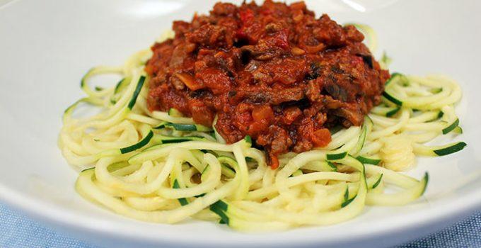 Pasta de zapallo italiano y salsa de tomates con carne