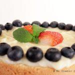 Torta de bizcocho, crema pastelera y berries
