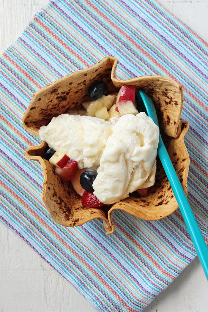 Flatbread con frutas y helado