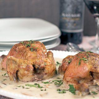 Gallinas con salsa de champiñones y vino