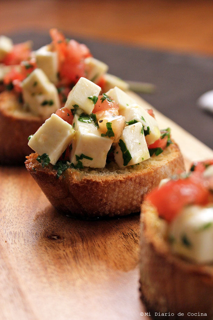 Crostinis con queso blanco