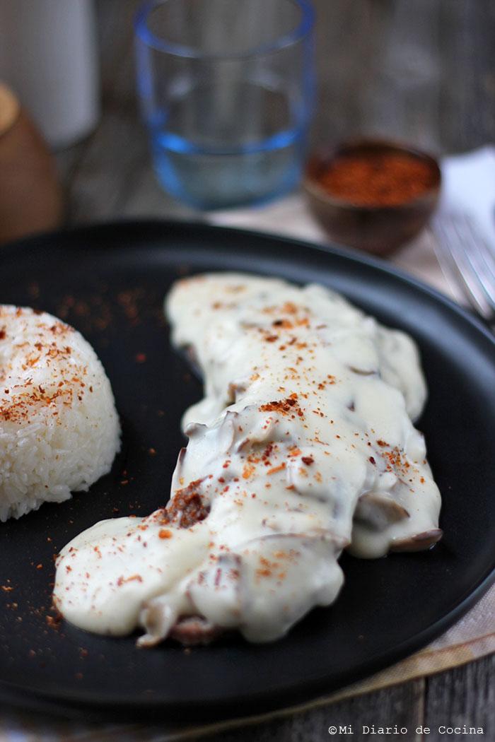 Lengua de res con salsa blanca y champiñones