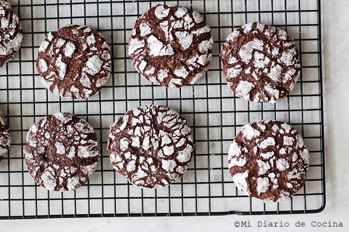 Galletas crinkle de chocolate