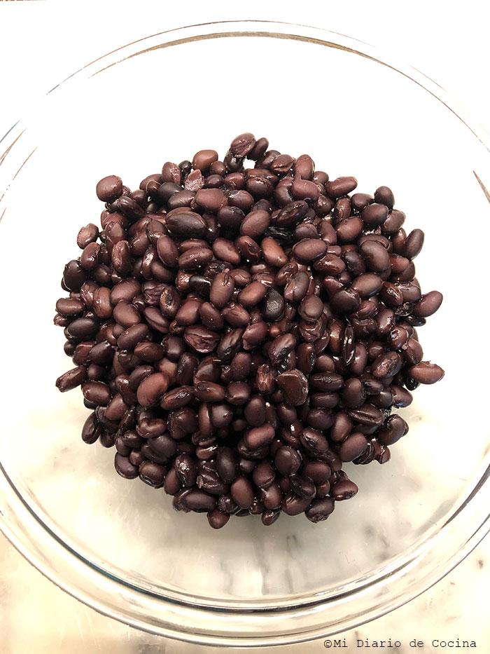 Porotos negros (frijoles) en un bol