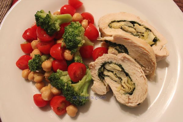 Filete de pollo relleno con espinaca, alcachofa y queso, más ensalada de brocoli, tomate y garbanzos