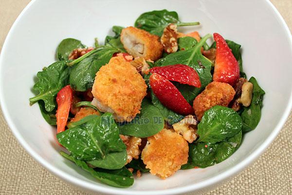 Ensalada de espinacas, pescado o pollo, frutillas y nueces