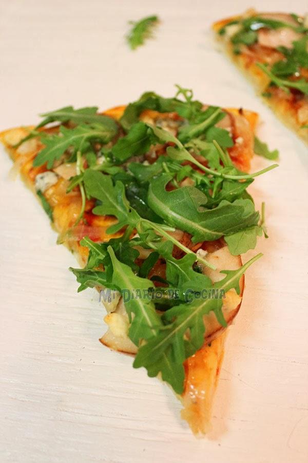 Pizza de cebolla caramelizada, peras, queso azul y rúcula